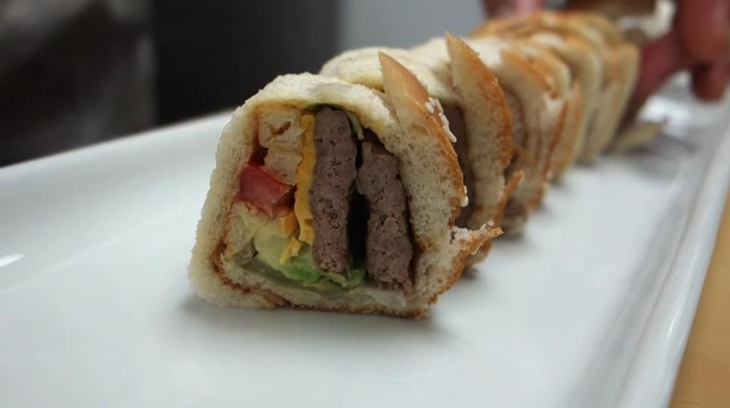 Un Sushi Chef réalise des makis avec un Big Mac