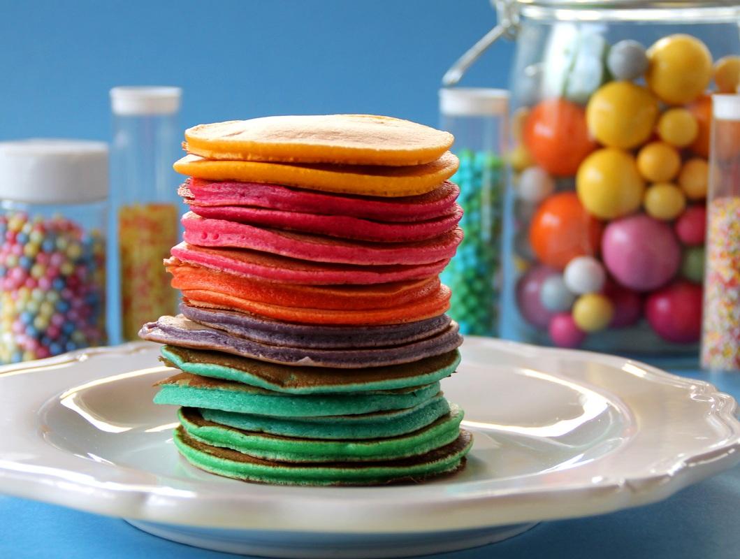 Vous prendrez bien une part de pancakes arc-en-ciel?