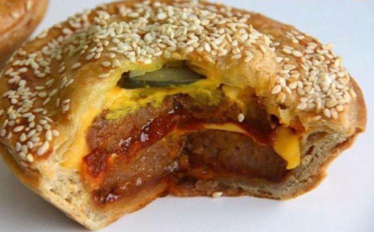 Venue tout droit d'Australie, découvrez la tourte au double cheeseburger