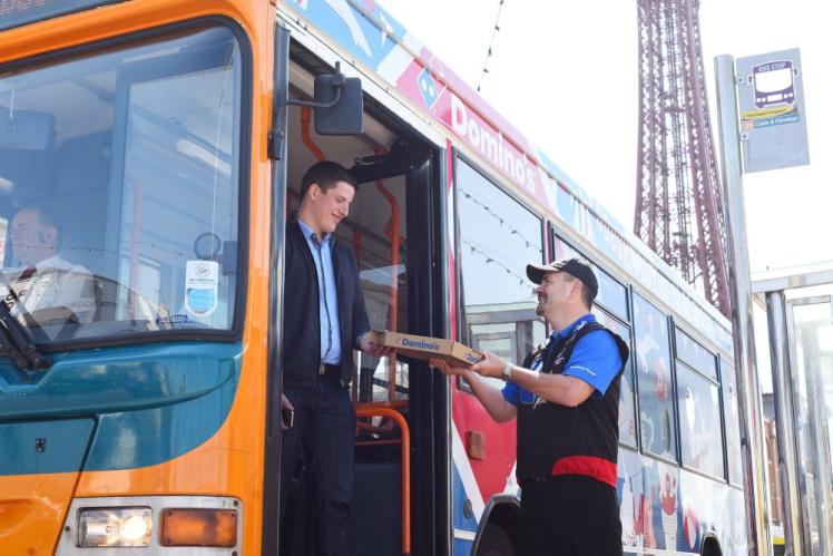 Domino's Pizza expérimente la livraison dans un bus anglais