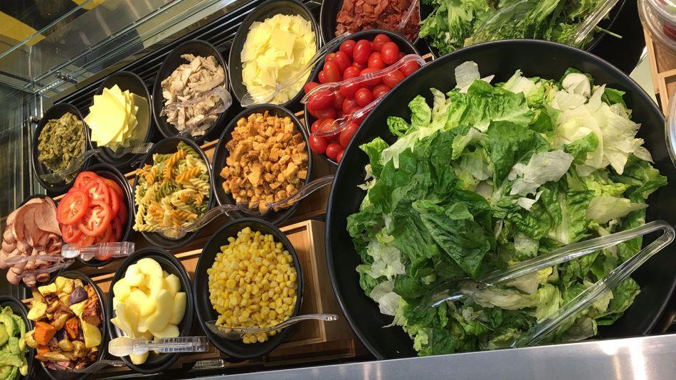 McDonald's continue de monter en gamme à Singapour avec son bar à salades et à desserts
