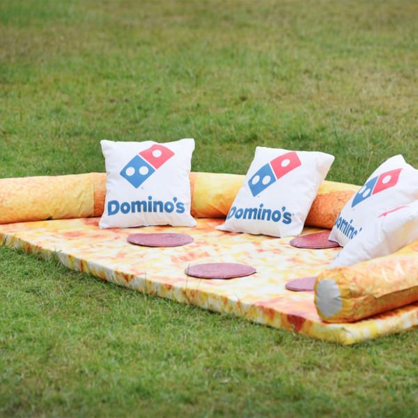 Faites une pause sur le canapé pizza pepperoni de Domino's Pizza