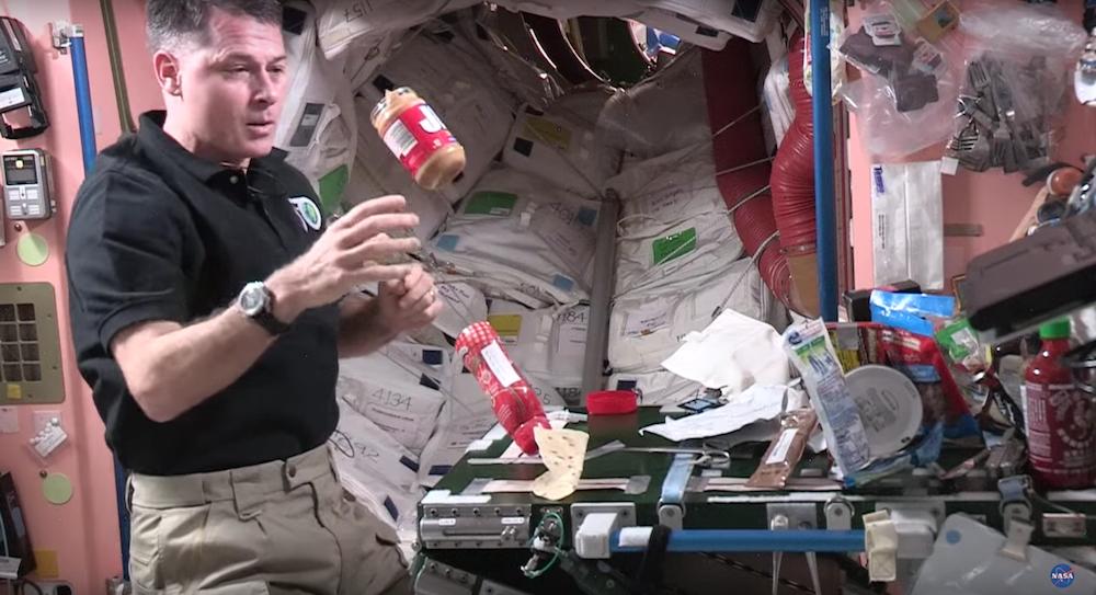 Un Astronaute réalise un sandwich peanut butter et confiture dans l'espace