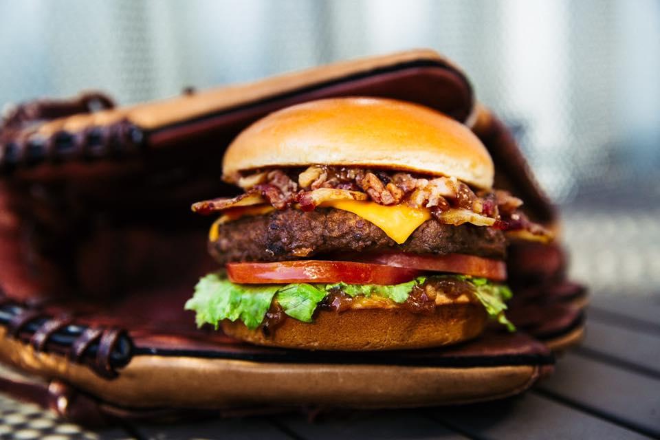 Carl's JR, l'enseigne californienne de burgers arrive en France